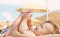 Wakacje z małym dzieckiem – jak chronić skórę przed słońcem?