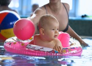 Noworodek-rozwoj-dziecko-na-basenie