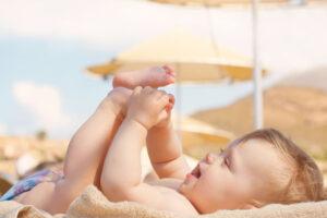 Wakacje z małym dzieckiem – jak chronić skórę przed słońcem